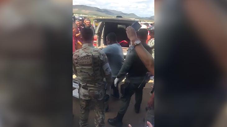【閲覧注意】警察が殺したギャングの死体を見て歓声を上げる住民たちの映像。