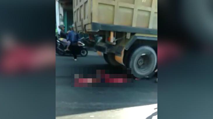 【閲覧注意】トラックに轢かれてペシャンコになった人間の死体映像。