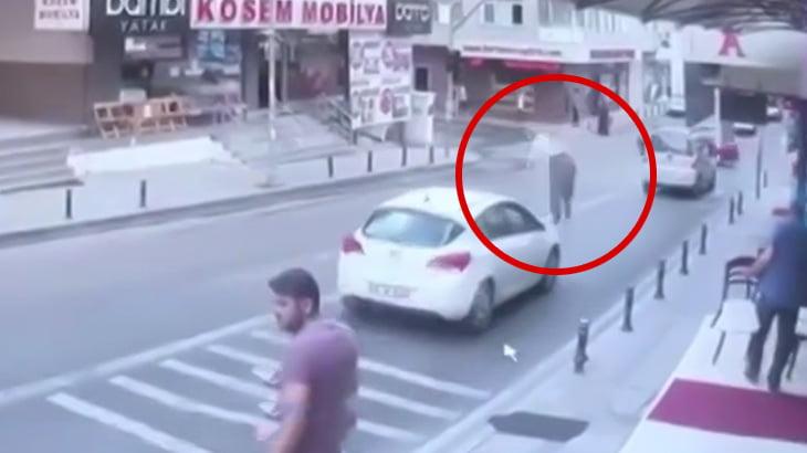 走行中の車の上に突然女性が落下してくる映像。