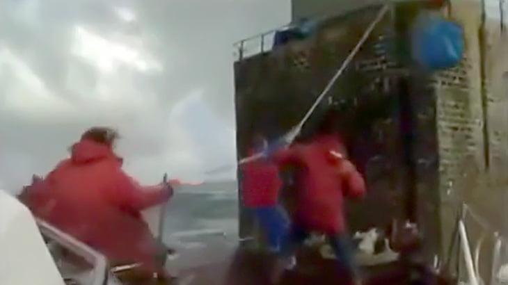 海に浮かぶ灯台で仕事する人たち、めちゃくちゃ危険なことが分かる映像。