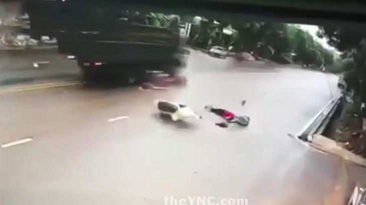 バイクと衝突して弾き飛んだ男性がトラックにも轢かれてしまう映像。