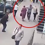 通りを歩く2人の女性の胸にパンチして去っていく男。