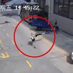 飛び降り自殺した男性が地面でバウンドする映像。