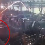 製鉄所で真っ赤に燃えた鉄が作業員の男性に向かってくる映像。