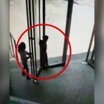 ドアに頭が挟まってしまった男の子の映像。