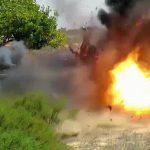 【閲覧注意】爆弾を持たされた捕虜の男性が木っ端微塵になるグロ動画。