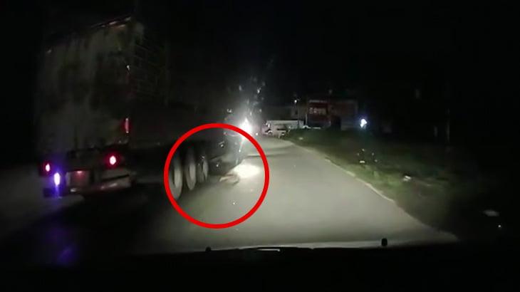 【衝撃映像】人を轢いたことに気づかずにタイヤに挟んだまま引きずり続けるトラックの映像。