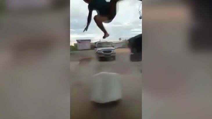 空気を入れすぎたエアマットが爆発して弾き飛ばされてしまう男性の映像。
