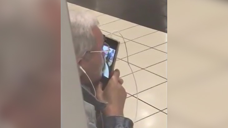 スマホのビデオ通話画面に映るおばあちゃんの乳首に吸い付くおじいちゃん。