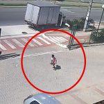【衝撃映像】道路に飛び出してしまった12歳の男の子、車に轢かれて死亡する映像。