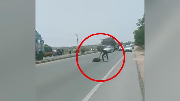 【閲覧注意】鎌で頭を刺されて殺された男のグロ動画。