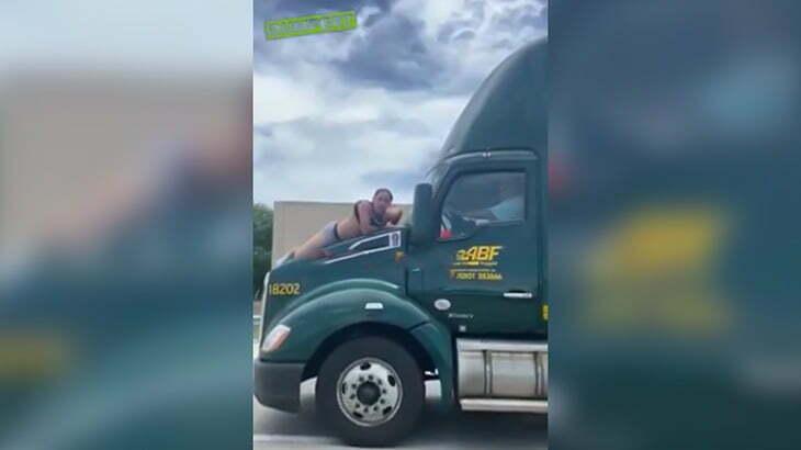 【衝撃映像】トラックのボンネットにしがみつく男を振り落とそうとするドライバー。