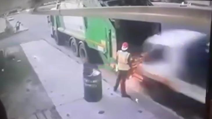 【衝撃映像】ゴミ収集車にトラックが突っ込んで作業員の男性が死亡する瞬間。