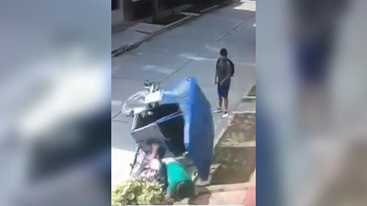 男性からスマホを奪おうとしたバイクの男、盛大にズッコケてしまう映像。