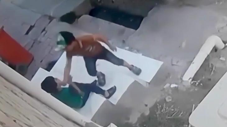 【衝撃映像】まだ5~6歳くらいの男の子が遊び半分で友達の首をナイフで切りつける映像。