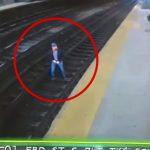【衝撃映像】線路に飛び降りて真正面から列車に轢かれて自殺する男。