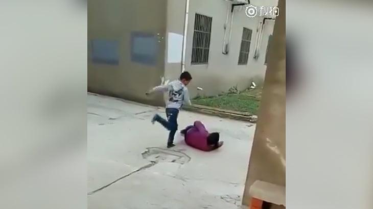 小学生くらいのクソガキが祖母をボコボコにする映像。