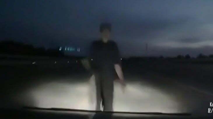 【衝撃映像】夜道を走行中の車が突然現れた男性を轢いてしまう事故映像。
