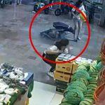 【衝撃映像】落下してきた窓枠にぶつかって死んでしまった男の子。
