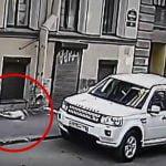 【衝撃映像】2歳の女の子が3階の窓から転落して地面に激突する瞬間。