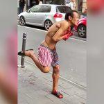 自分の肩にナイフを突き刺して苦しみながら街を歩くイカれた男の映像。