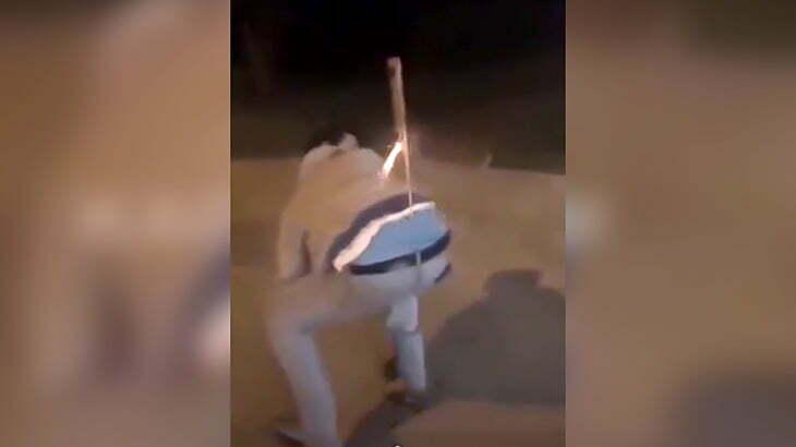 ロケット花火をパンツに挿して暴発した男の尻、めっちゃ火傷を負ってしまう映像。