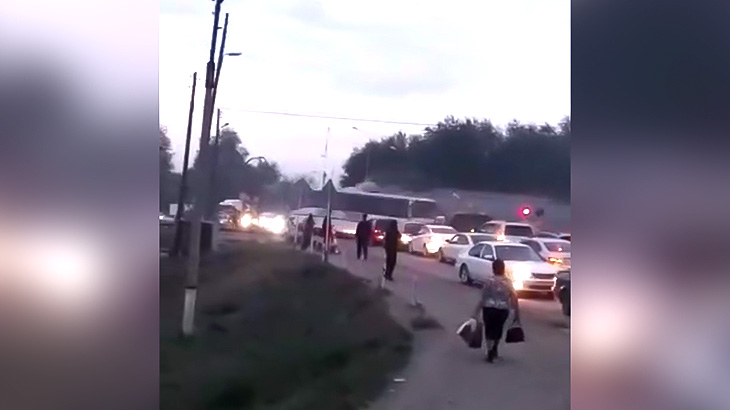 渋滞中に踏切内で動けなくなったバスが電車に轢かれてしまう事故映像。