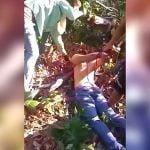 【閲覧注意】森の中で首をマチェーテで切断されてしまう男のグロ動画。