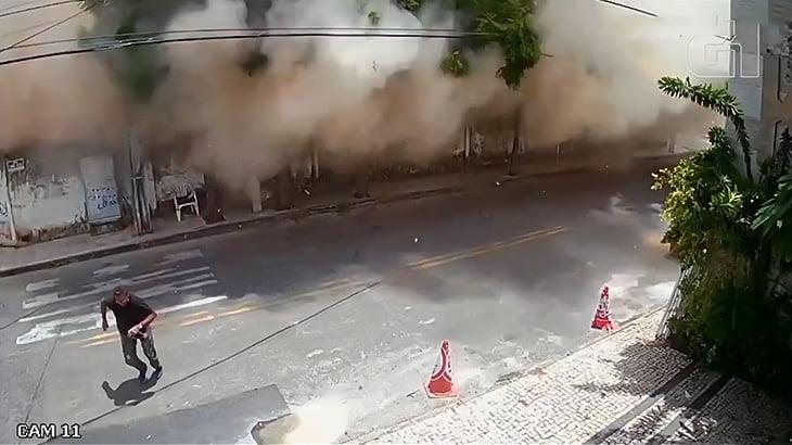 7階建ての住宅ビルが突然倒壊する映像。