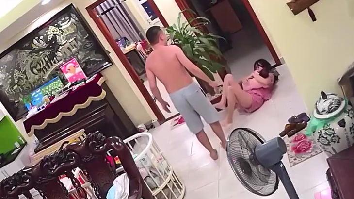 赤ちゃんを抱いた妻を殴るDV男の映像。