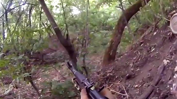 戦場で地雷を踏んで倒れてしまう兵士のFPS視点映像。