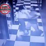 恋人の女性を突き飛ばしてエレベーターシャフトに落としてしまう男の映像。