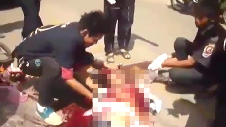 【閲覧注意】自転車に乗っていた男性がトラックに胴体を潰されてしまったグロ動画。