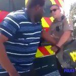 警官の銃を奪った男が逆に撃たれて逮捕される映像。