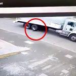 走行中のトラックやバスに飛び込んで自殺する男の映像2本。