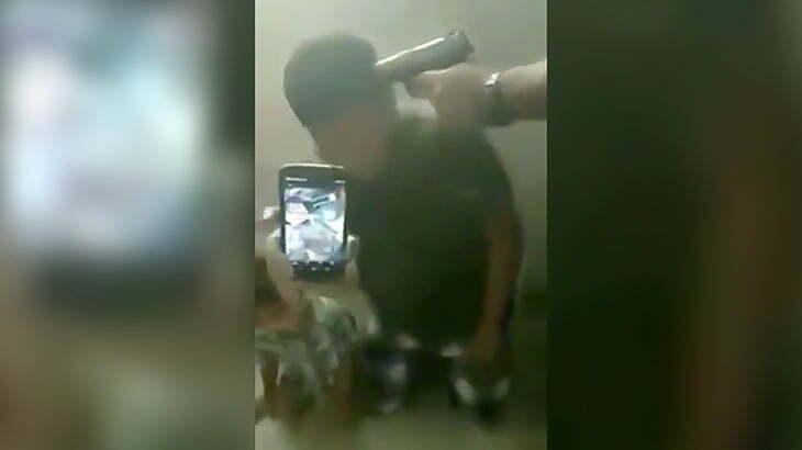 ライバルギャングに自宅を襲撃された家族が銃を向けられる映像。