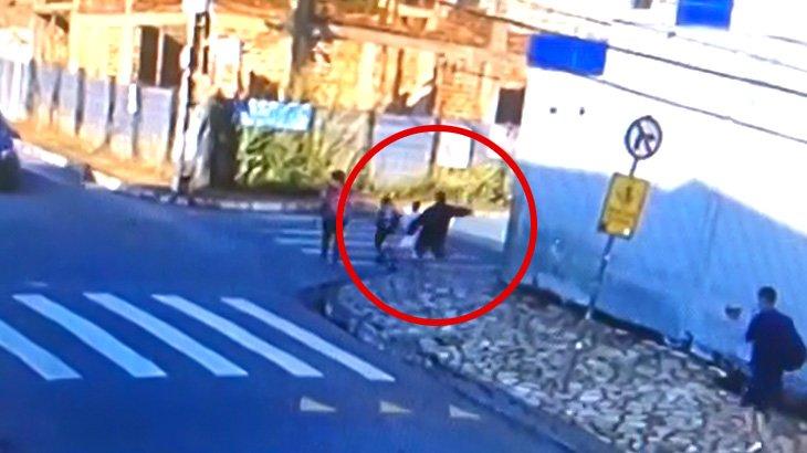 5歳の女の子が見知らぬ男に突然ナイフで刺されて殺されてしまう映像。
