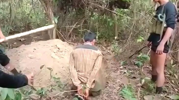 【閲覧注意】木の棒で頭を殴られまくって殺される男の映像。