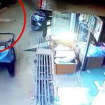 3輪自転車の荷台に突然降ってくる男の子の映像。