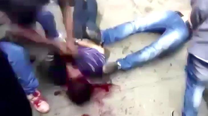 捕まった泥棒の男、暴徒と化した住民に頭を何度も地面に叩きつけられる映像。