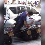 バイクに愛撫する男の映像。