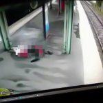 【閲覧注意】電車に衝突して弾き飛ばされた男性がホームの案内板で胴体真っ二つになるグロGIF画像。