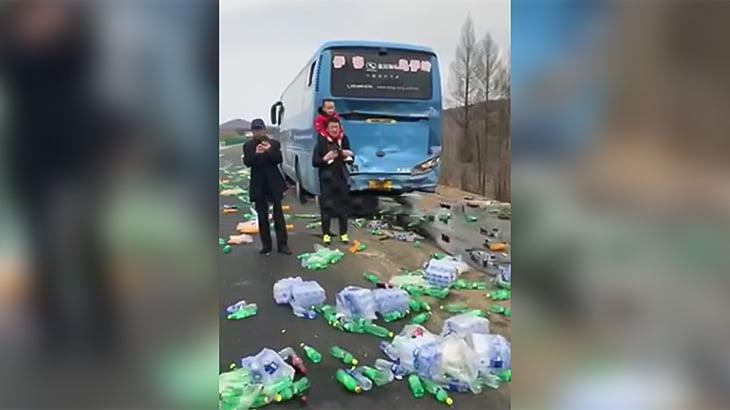 バスに追突したドライバーがギリギリ助かった事故映像。