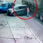 バックしてきた車と走行中のトラックに挟まれてしまった男の映像。