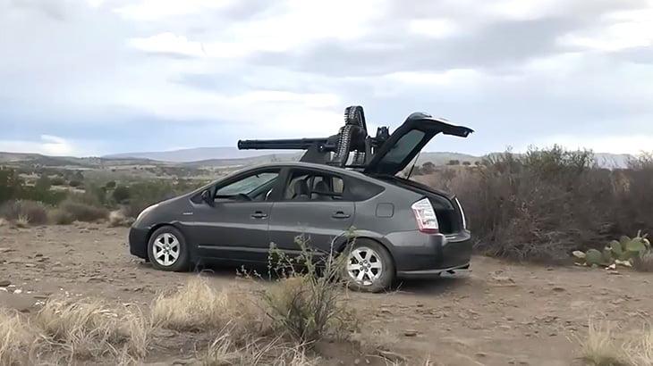 トヨタのプリウスに機関銃つけてぶっ放してみた映像。