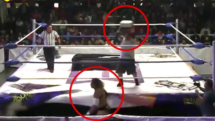 プロレスの試合中にレンガを頭に投げつけられて頭蓋骨を骨折してしまったレスラーの映像。