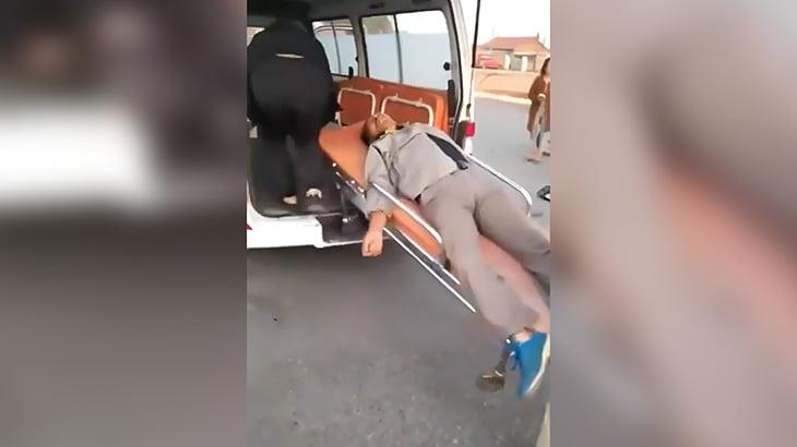 事故で負傷した男性、担架で車に乗せてもらう途中で地面に落とされてしまう映像。