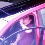 飲酒運転で事故を起こしても酒を飲み続ける男の映像。