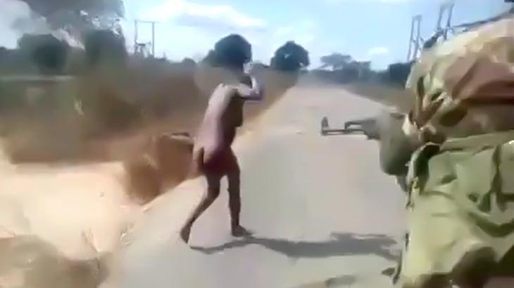 【閲覧注意】女性を裸で歩かせた挙げ句、銃殺する兵士たちの映像。