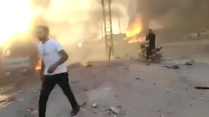 トラックによる自爆テロで街が吹き飛ばされる映像。